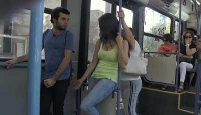 Reacción de los Hombres cuando una mujer les manda mano